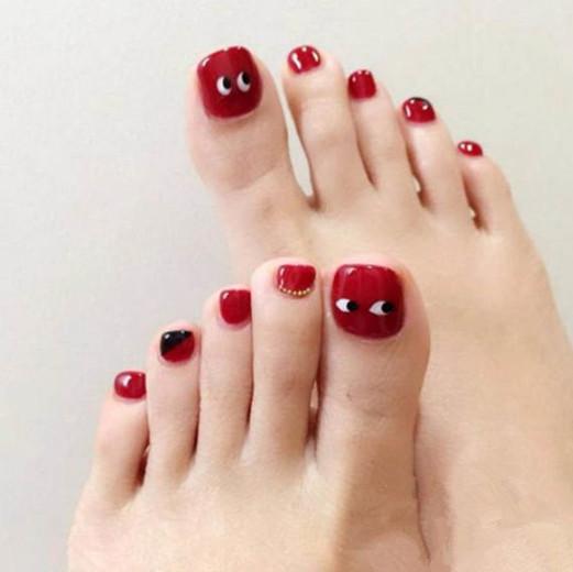 夏天涂什么颜色脚指甲油好看?这款经典黑色就很不错,加入渔网与亮色设计,让脚趾甲看起来时髦又大气。    这是一款小清新脚指甲油,夏季这么涂脚趾甲准好看,而且与各种款凉鞋都很配。    红色脚指甲油是夏季最受欢迎的一款,红色指甲油打底,再加入一点小设计感,立马就变得可爱起来,而且红色很显脚白。    千万不要以为夏季涂黑色脚指甲油不好,这种纯黑色一样吸睛出众,将脚拇指设计成黑白条纹,这样既有设计感又能与其他黑色脚趾甲产生鲜明对比,更有看点。