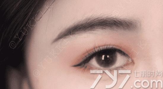 液体眉笔的画法打造自然毛绒眉