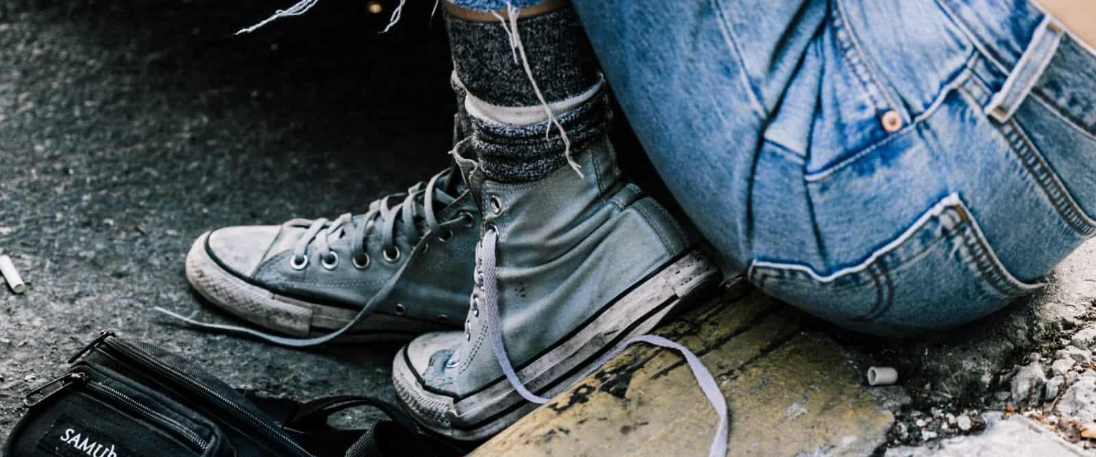 """脏帆布鞋街拍,无论是Converse还是Vans,他们的经典帆布鞋永远是10lek.com圈的常青藤,一年四季都能在街拍中看到它们的身影。近两年,是时髦大咖越来越懒还是越来越穷?她们脚上的帆布鞋越来越脏旧!而这一""""乞丐风""""也瞬间席卷了整个10lek.com圈哦,让我们来看看。"""