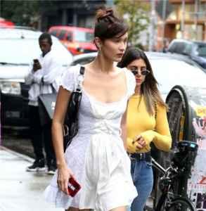Bella Hadid白色连衣裙+白色高筒靴甜美造型让人眼前一亮