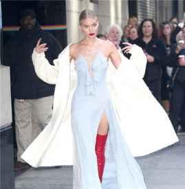 维秘天使艾尔莎·霍斯卡性感亮相纽约街头 大撩衣领秀香肩