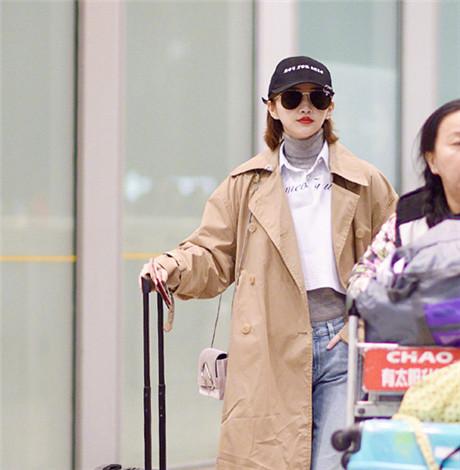 景甜现身机场 卡其色风衣+灰色高领衫短卫衣潮到飞起