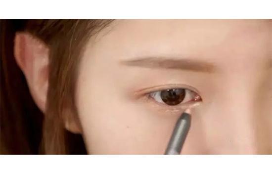 眼影笔怎么用 pony教你使用方法