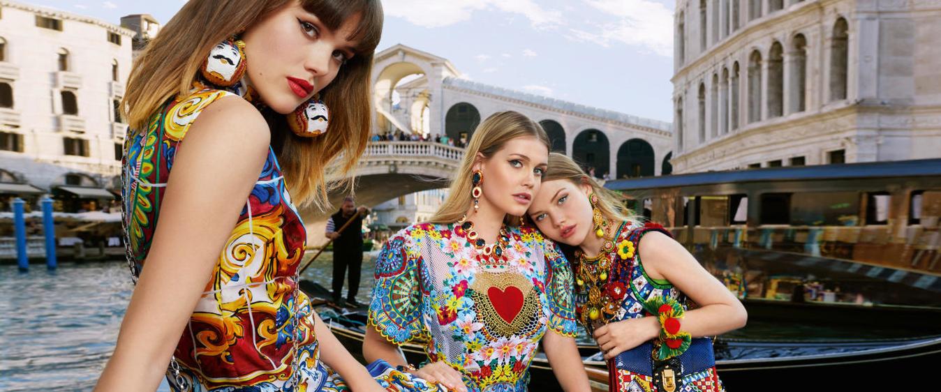 意大利时装屋 Dolce&Gabbana 推出了最新的2018 春季广告大片,拍摄场带来道水城威尼斯,光看绚丽场景的转换,就令人直呼:这很取景经典 !