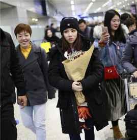 邓紫棋现身上海机场 告别皮裤黑色羽绒服低调显潮范