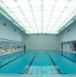 游泳池的水为什么是蓝色 游泳池为什么要加硫酸铜