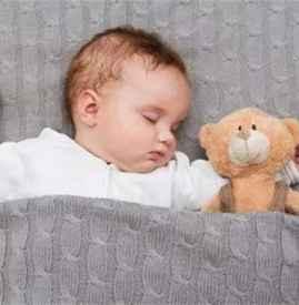 哄宝宝入睡的错误做法 这六种方法最好别做