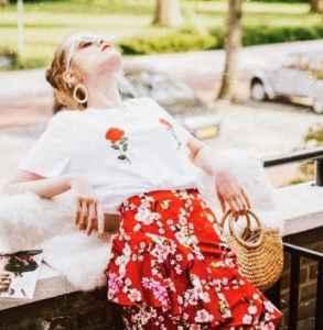 T恤搭配什么裙子好看 简约的穿搭也能美过一个夏季