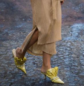 拖鞋配连衣裙