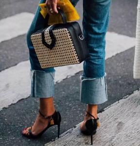 翻边牛仔裤搭配 比卷裤脚时髦百倍的时髦穿搭