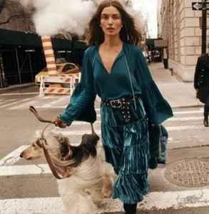 絲絨裙子怎么搭配圖片 18年秋冬絲絨怎么穿才更美
