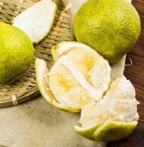 柚子怎么挑选才甜 柚子买尖的还是买圆的很多人都选错了