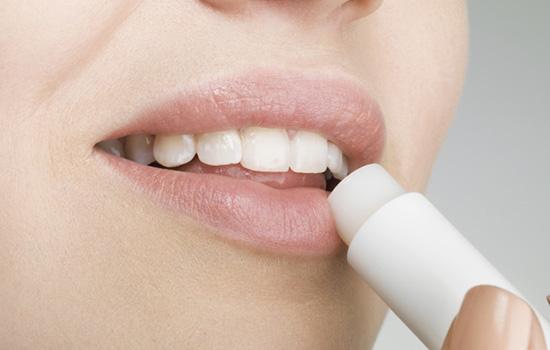 润唇膏可以增长睫毛吗 润唇膏隐秘功能大揭密