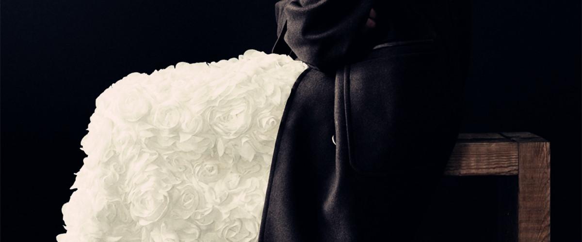 大衣是气质的体现,而白色是一切色彩中最不食人间烟火的那个,最寡淡也最随和,着用在大衣上有种入世又出世的美感。