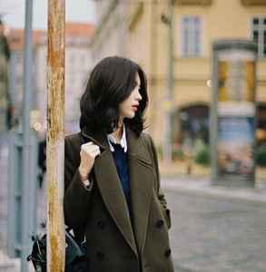 绿色呢子大衣外套怎么搭配 美丽活力也要风格迥异