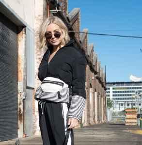 短款黑色羽绒服怎么搭配 精致大气冬季街头丽人