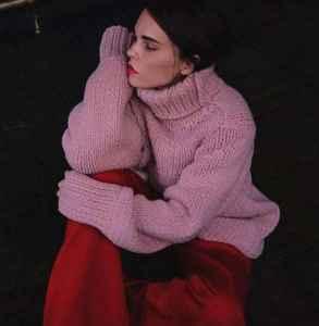 酒红色裤子搭配 成熟女性的穿搭风格