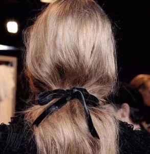 头发精油是吹干前用吗 在头发洗干净前就可以用