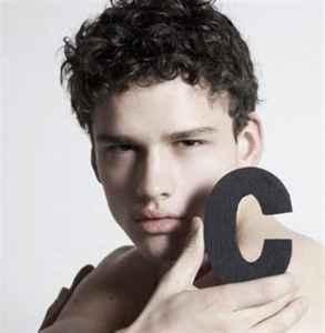 男生擦脸一般用什么 要根据肤质选择噢