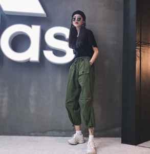 深綠色褲子配什么顏色上衣 這五種顏色是首選