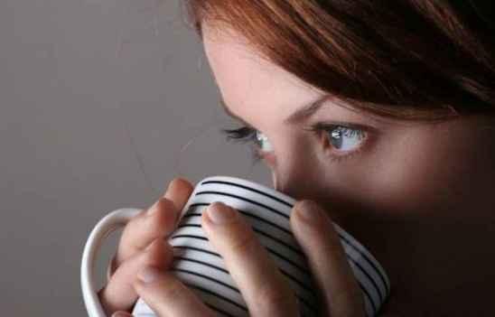 睡觉起来眼睛水肿怎么回事 这才是正确的眼睛消肿方式