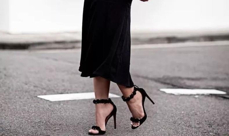 一字带凉鞋搭配 显露百般足上风情