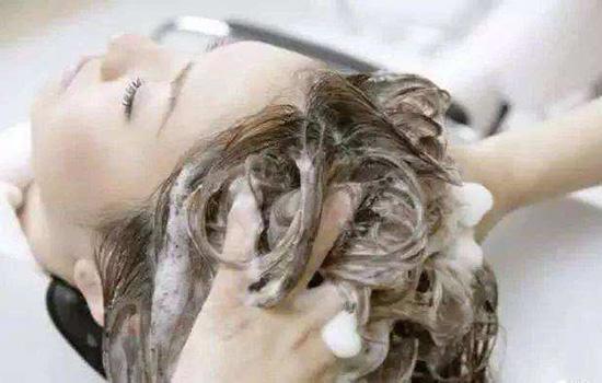 【美天棋牌】刚烫的卷发多久变自然 烫发后怎么打理卷发