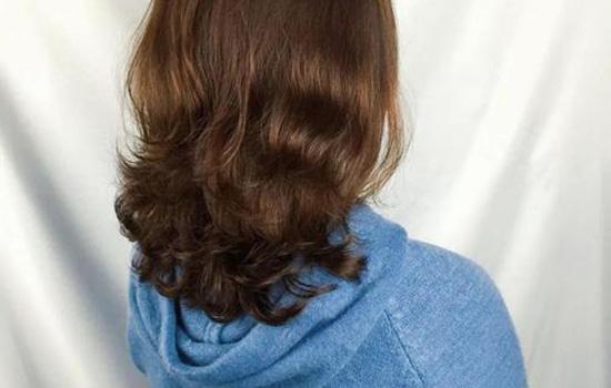 【美天棋牌】卷发洗完头发怎么打理 卷发可以保持多久