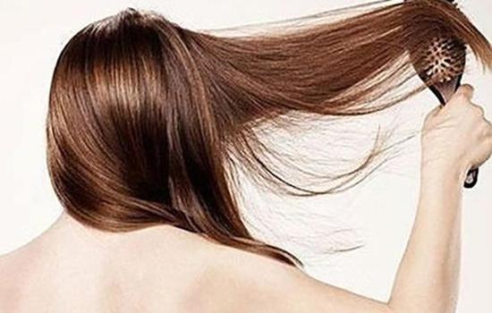 【美天棋牌】头发有点卷要怎样才能顺直 让头发好看又直顺的小窍门