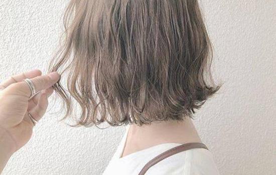 【美天棋牌】烫发和染发是分开还是应该一起 烫染一起做的坏处