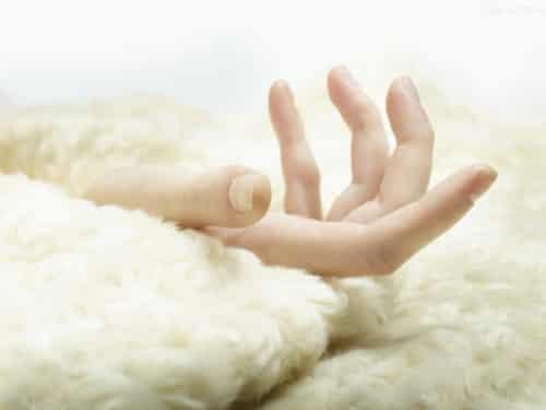 <最美>两款DIY自制美白滋润手膜 呵护手部肌肤