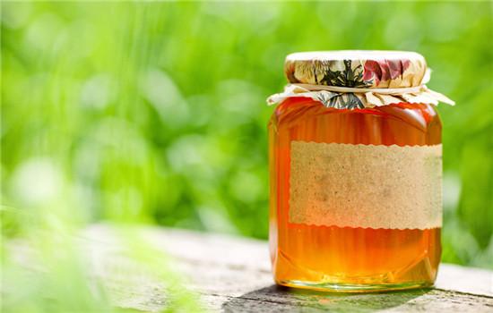 喝蜂蜜水美容祛斑吗 喝蜂蜜水能祛斑吗 蜂蜜水也要喝对方法才有效