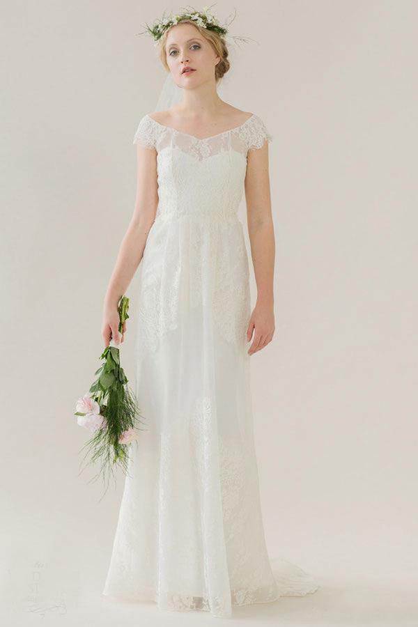 "Rue de Seine是一个新西兰婚纱品牌,它们2015年的最新款婚纱系列为""The Young Love"",灵感来源于年轻的摩登新娘,将婚纱与波西米亚风相结合起来后,你一定会被这浓浓,浪漫又不失清新的波希米亚风而感染,柔美的线条和蕾丝搭配,令早春的新娘走进大自然,没有丝毫的刻意,清新不矫揉造作,又不失时髦感,一切都那么自然,让新娘赴一个美丽的约会,完成自己的终身大事。"
