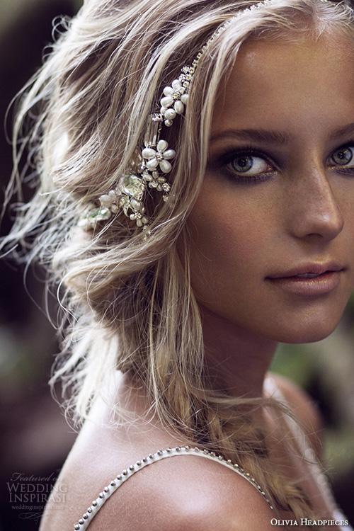 现在很多新娘结婚都不用头纱了,都会选择用发饰来装点发型,特别是在春夏这样浪漫的季节里,Olivia Headpieces深知这一点,于是推出了2015流行的发饰,多种bling bling的水晶发饰与珍珠装饰让新娘更为出彩,不管是披肩发或是蓬松的编发都非常适用,加之多变的式样,为婚礼的新娘造型带来多种唯美的可能。