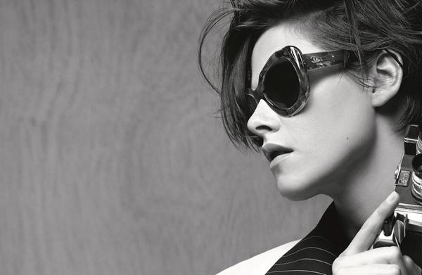 卡尔·拉格斐钦选克里斯汀·斯图尔特演绎香奈儿2015春夏眼镜系列广告大片,在镜头前,克里斯汀化身为魅力十足的摄影记者,透过香奈儿全新光学眼镜及太阳眼镜,凝视着自己镜头中的世界。本季太阳眼镜系列作品在2015春夏高级成衣系列发布会上首次亮相,为70年代复古飞行员镜框赋予独到诠释:环绕着链条装饰的全新延伸型线条,彩色渐变式UV防护镜片。此外还有一些款式以嘉柏丽尔·香奈儿钟爱的珠宝作品为灵感,为猫眼形镜框配以镶嵌珍珠和蛋面宝石以及莱茵石的珠宝镜腿。超大款蝴蝶形镜框巧妙玩味3D效果,并采用夺目缤纷的醋酸纤维材质,营造出万花筒般的迷幻效果斜纹软呢图案。