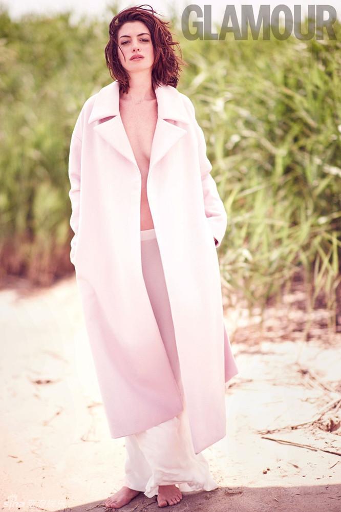 近日,安妮-海瑟薇登上《Glamour》杂志UK版10月刊封面,她真空上阵穿长袍,深V秀出性感韵味。