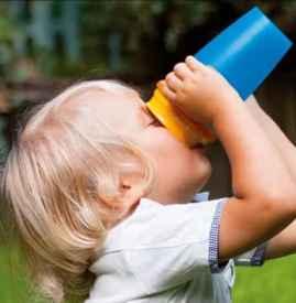 宝宝喝水多好不好 可根据尿液来判断是否补水