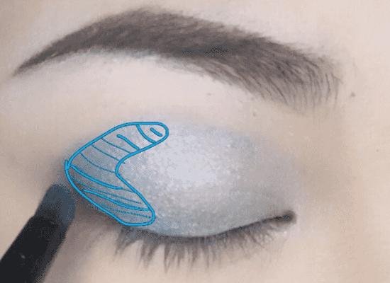 混血感透明蓝色眼妆的画法