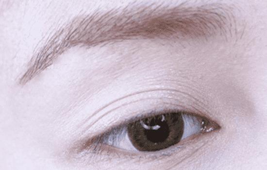 眼妆浓口红淡图片