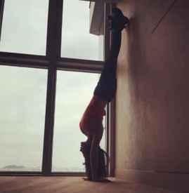 倒立可以瘦腿吗 每天倒立半小时让腿更修长
