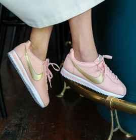 Nike Cortez 鞋款以迷人粉橘混搭优雅镶金色