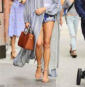 裸色一字带凉鞋怎么搭配 这样穿舒适又有气质