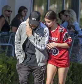 Selena Gomez 与男友街头大秀恩爱 球服情侣装配一脸