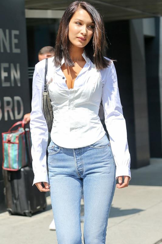 Bella Hadid衬衫背心叠穿+牛仔裤 OL风气质十足现身纽约街头