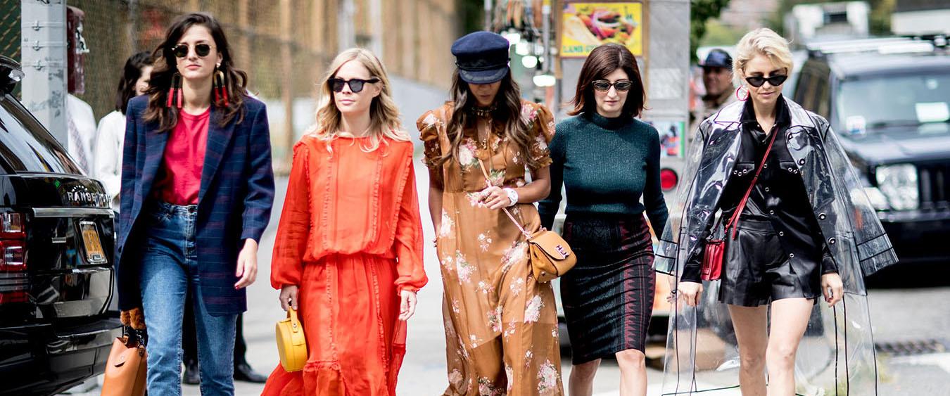 秋季如约而至,betway必威嗅觉灵敏的宝宝们早已经盯上了纽约时装周的信息,跟着潮流的风向标来制定自己秋季服装搭配的风格了。今天我们就一起跟着这些街拍达人来看看,2017年该如何穿才够时髦!