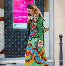 印花连衣裙搭配外套 拍照美出新境界