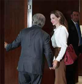 安吉丽娜·朱莉访问联合国  白衬衫+铅笔裙造型美到发光
