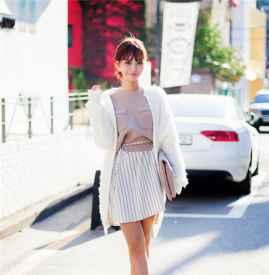 白色开衫里面配什么,  这样搭配轻松穿出文艺淑女范