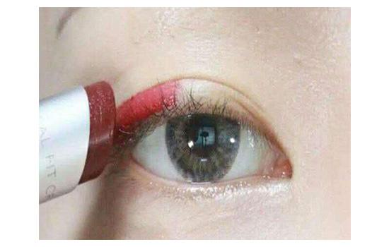 如何用一支口红化妆 一支口红完成80%的彩妆