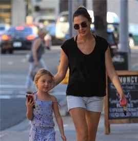 神奇女侠盖尔·加朵带女儿现身优发娱乐官网 休闲穿搭似姐妹装超有爱